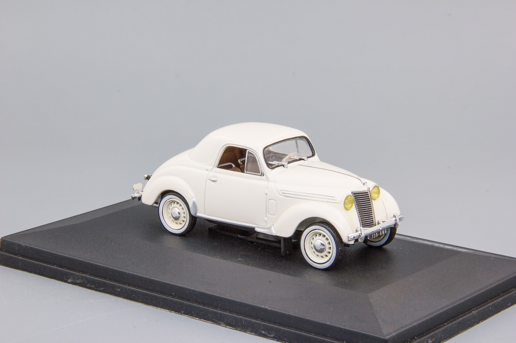Renault Juvaquatre coupe (1941) white