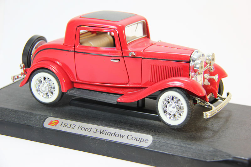 Ford V8 Deluxe 3-Window Coupe (1932) red